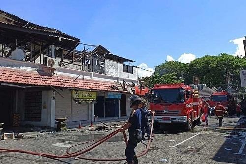 balipostcom_supermarket-di-seminyak-terbakar-19-mobil-damkar-dikerahkan-untuk-padamkan-api_01-696x464.jpeg