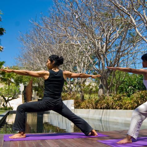 9.private-yoga-class-at-main-plaza-2_475_cw475_ch475_thumb[1].jpg