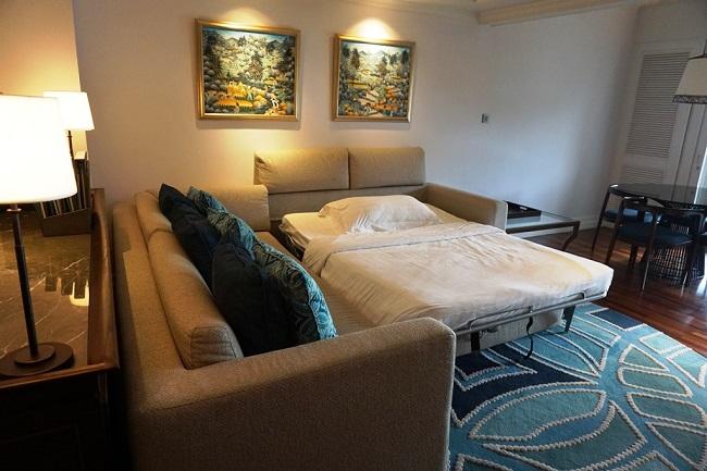 インターコンチネンタルバリリゾート デュプレックススイート ソファがクイーンサイズのベッドにセットアップ