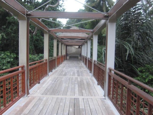 フォーシーズンズ リゾート バリ アット サヤン エントランスの白い橋