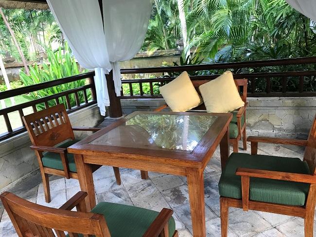 メリア・バリ ガーデンヴィラ 屋外のダイニングテーブル