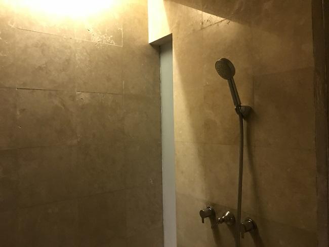 ヴィラ アイルバリ ブティック リゾート ガーデンプールヴィラ2ベッドルーム シャワールーム