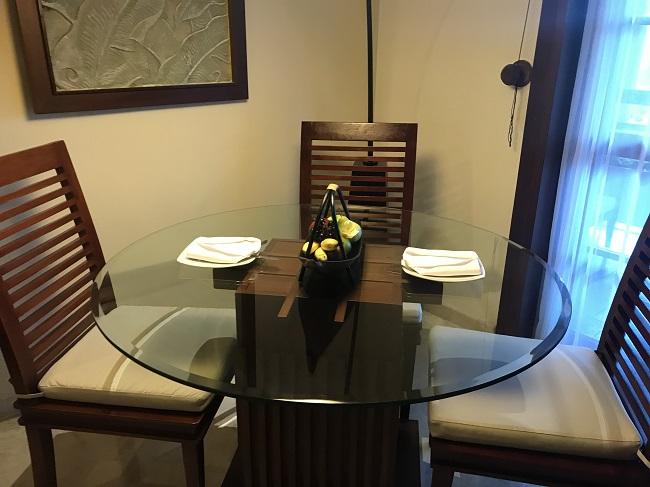 メリアバリ ファミリールーム ダイニングテーブル