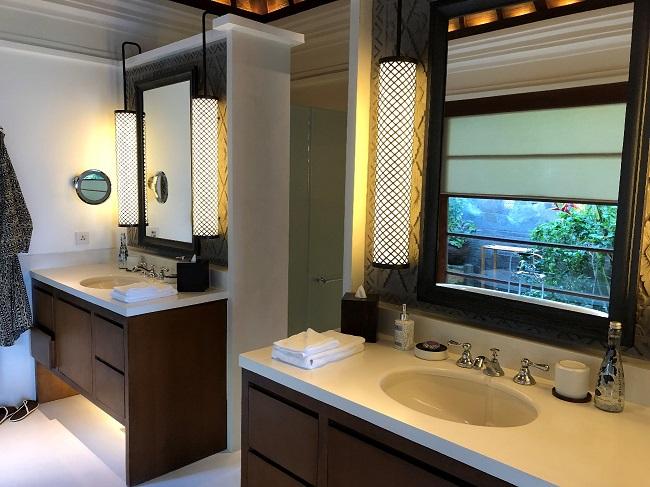 フォーシーズンズリゾートバリ アット ジンバランベイ 洗面所