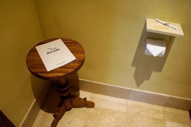 コマネカ アット モンキーフォレスト スイート トイレのコンソールテーブル
