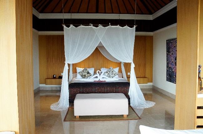 コマネカ アット ラサ サヤン ルーフトップ ガーデンヴィラ 天蓋付きのベッドルーム