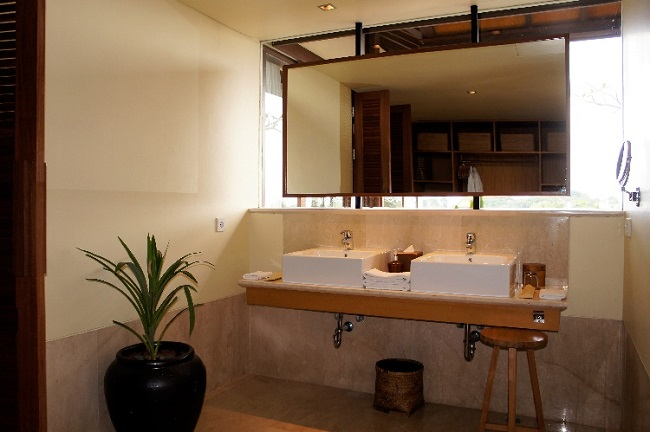コマネカ アット ラサ サヤン ルーフトップ ガーデンヴィラ ダブルシンクの洗面台