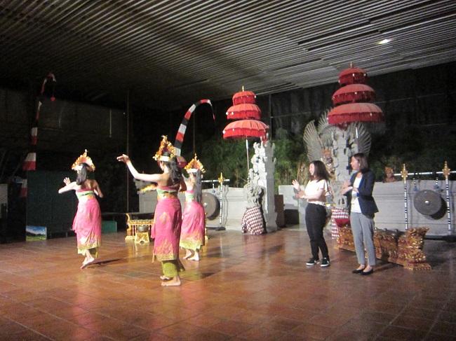 クマンギ レゴンダンス 観客と一緒にダンス