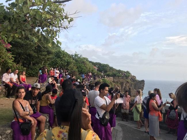 ウルワツ寺院 生い茂る豊かな自然の緑と、崖から映える海