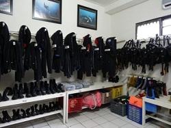 ズラッと綺麗に並んだBCDとレギュレーター、ウェットスーツにブーツ。
